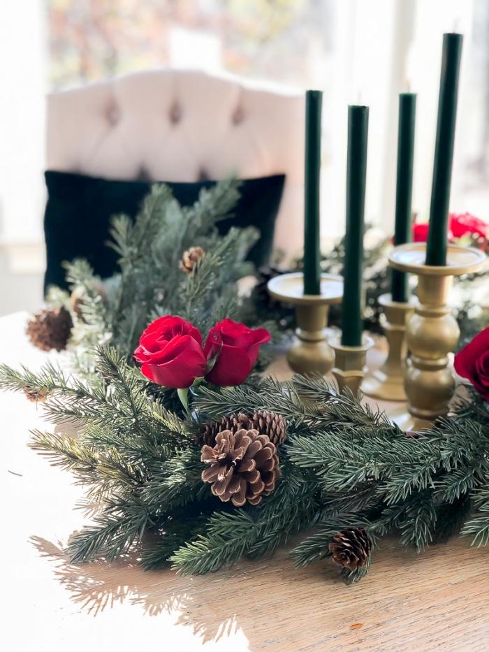 décoration de noel à fabriquer gratuit avec fleurs et branches, composition table de Noël avec bougies et branches de sapin