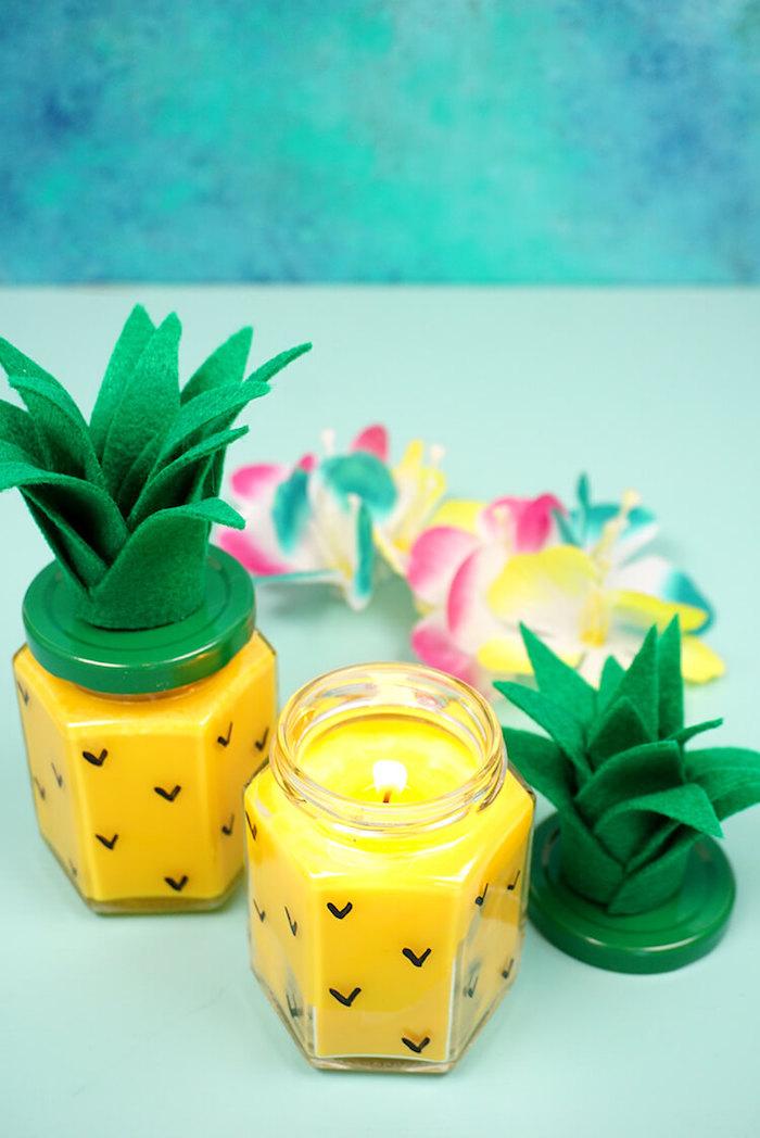 Bougie diy dans un bocal avec tape verte et feuilles, idée cadeau fait main, idée cadeau écolo et emballage tissu