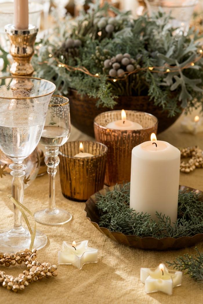 exemple de deco de table chic pour noel avec bougies et branches verte, DIY composition florale dans panier tressé