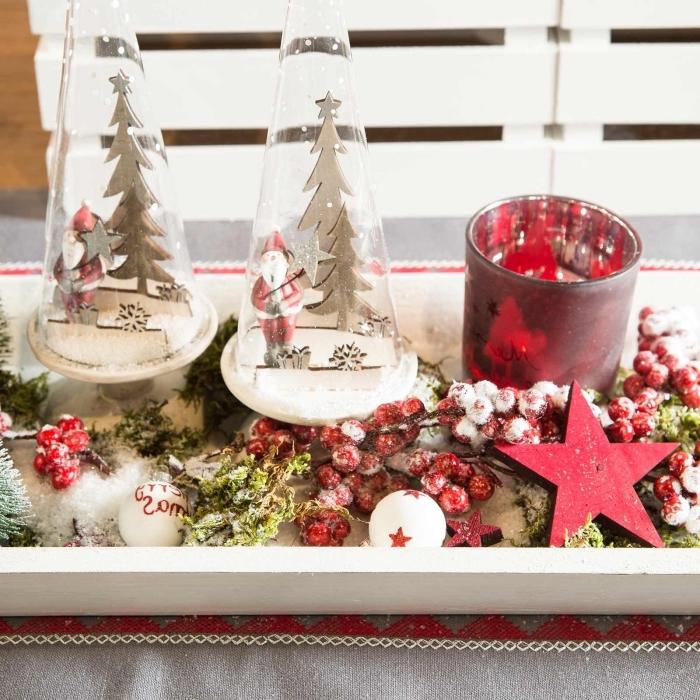 décoration de noel à fabriquer en bois, plateau en bois repeint en blanc décoré avec figurines de Noël et branches