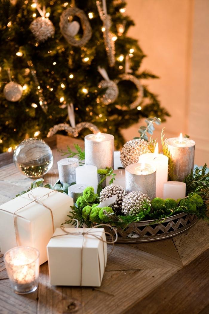 deco table de noel à réaliser soi-même avec bougies, diy arrangement Noël dans un plateau métal rempli de mousse fausse