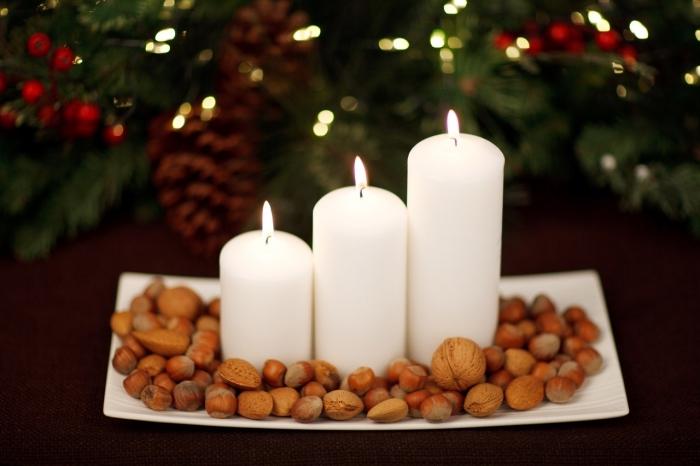 décoration de noel à fabriquer gratuit, comment décorer une table avec plateau blanc rempli de noix et de bougies
