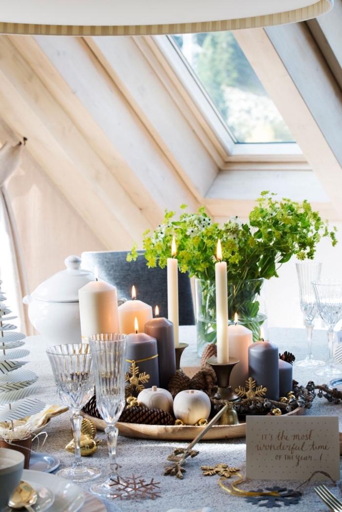 idee deco table de noel à faire avec bougies, arrangement de table stylé avec bougies de couleur blanc et noir