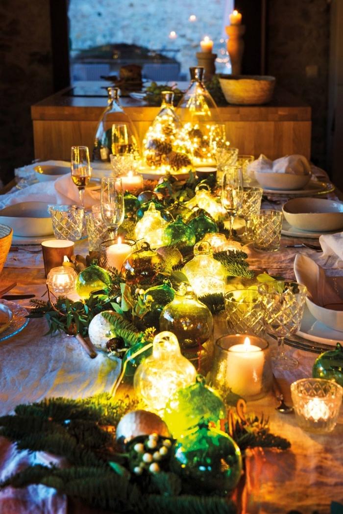 les plus belles tables de noel avec déco DIY, exemple comment décorer une table avec feuilles vertes et lampes led