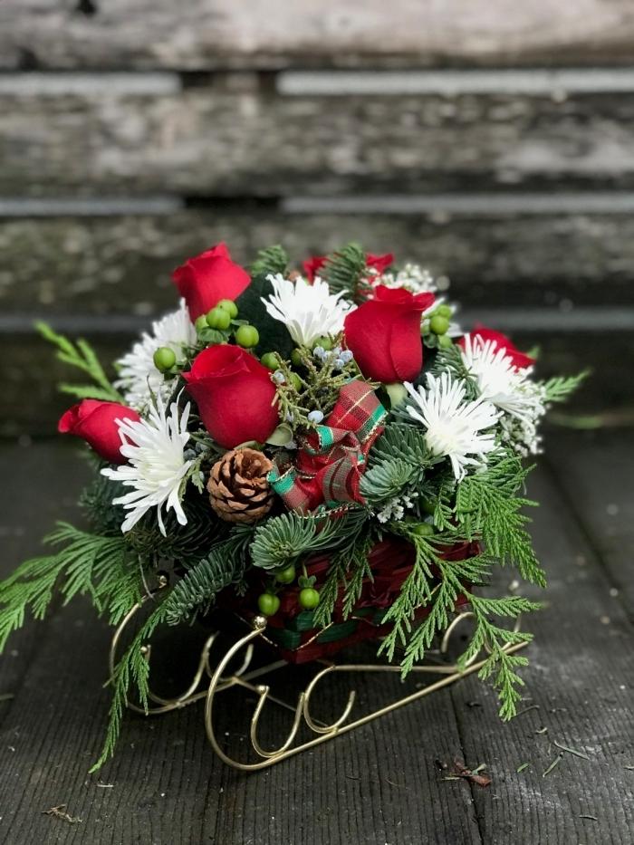 idée de composition florale facile pour la fête de noêl à fabriquer soi-même, exemple de deco de table chic pour noel
