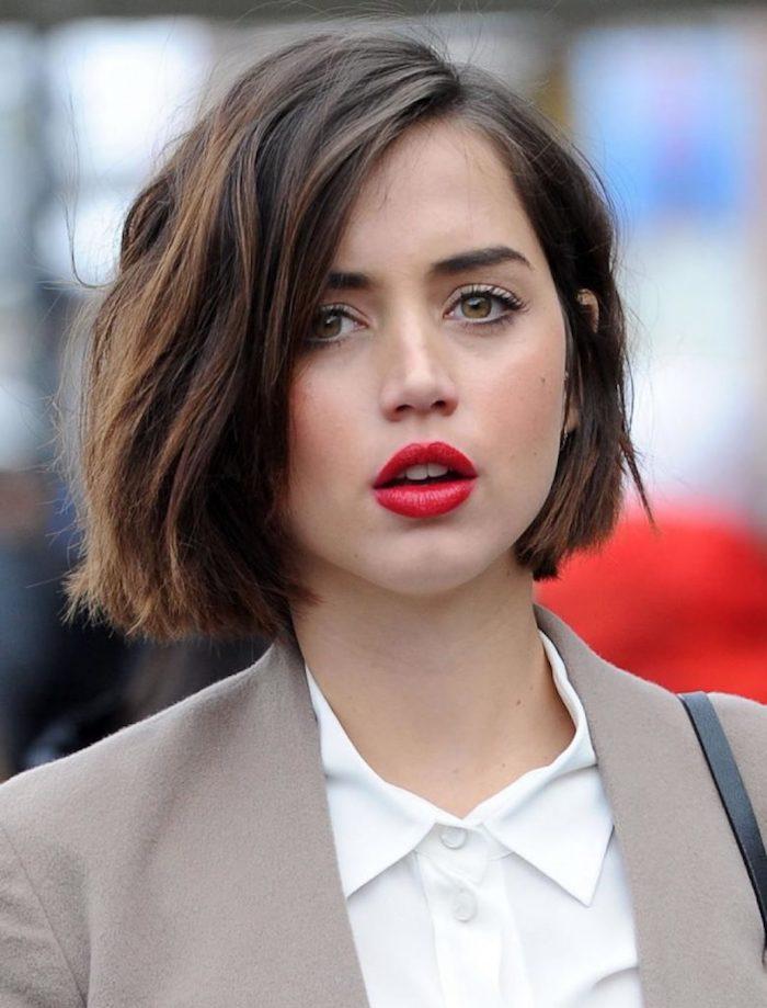 Femme coiffure carré court, image tendance coiffure 2020 femme moderne, chemise blanche, veste beige, rouge à lèvre qui souligne les lèvres en rouge scarlet