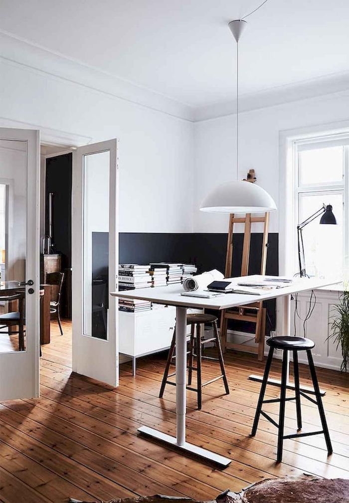 Adorable salon art avec bureau ikea qui se change le niveau d'hauteur, chambre bleu nuit et blanc, idee deco chambre adulte zen, quelle couleur choisir