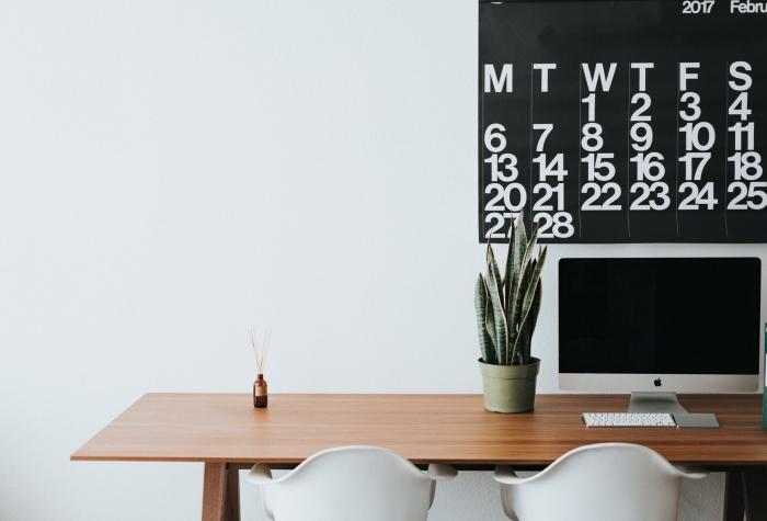 décoration bureau à domicile moderne avec un bureau fait maison en bois foncé et chaises de couleur blanche