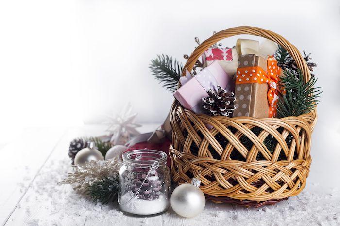 Basket avec cadeaux joliment emballés, idée cadeau a fabriquer sois meme, cadeau bio pour femme