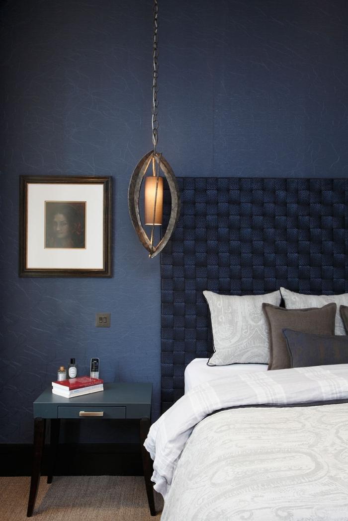 deco chambre bleu foncé avec meubles sombres, aménagement chambre adulte aux murs bleu minuit et plancher bois