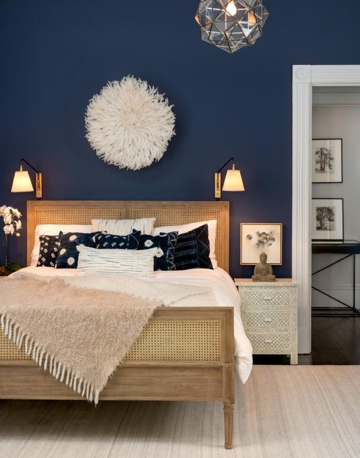 exemple comment décorer une chambre à coucher avec peinture en nuance de bleu nuit, idée chambre cozy en bleu et blanc