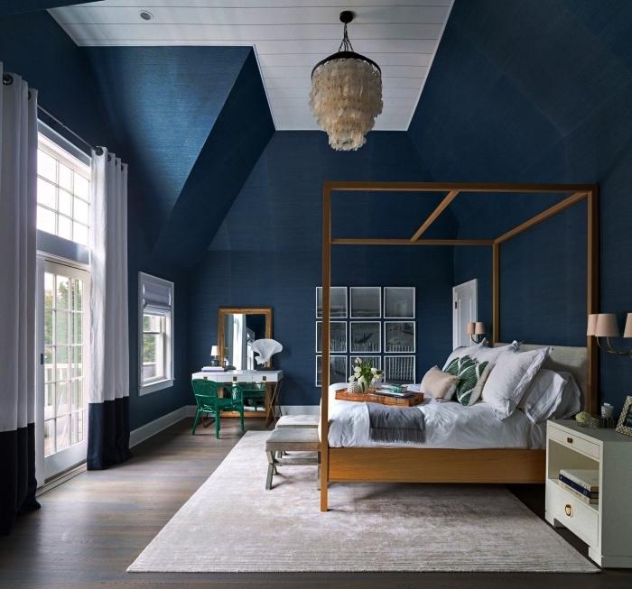 design chambre au plafond haut blanc avec murs de couleur bleu marine et parquet en bois foncé, déco chambre bleue