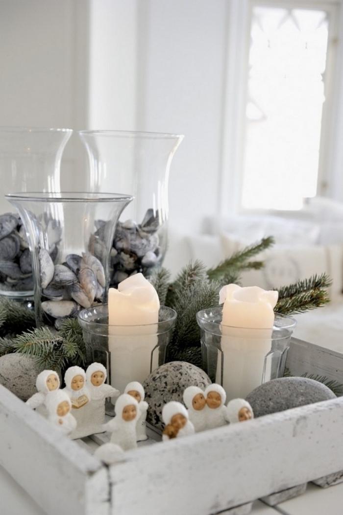 exemple de deco de noel a faire soi meme, caisse en bois repeinte en blanche et décorée avec bougies et figurines de Noël