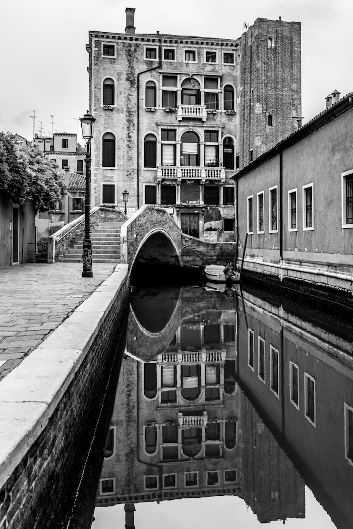 Venice vibres canal et vieux batiment, photo noir et blanc pour fond d'écran téléphone, arriere plan en deux couleurs