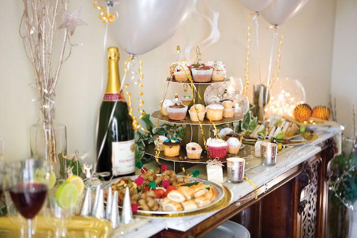 cupcakes candy bar et petits aperos de nouvel an accompagnés de ballons blancs et autres petites decorations