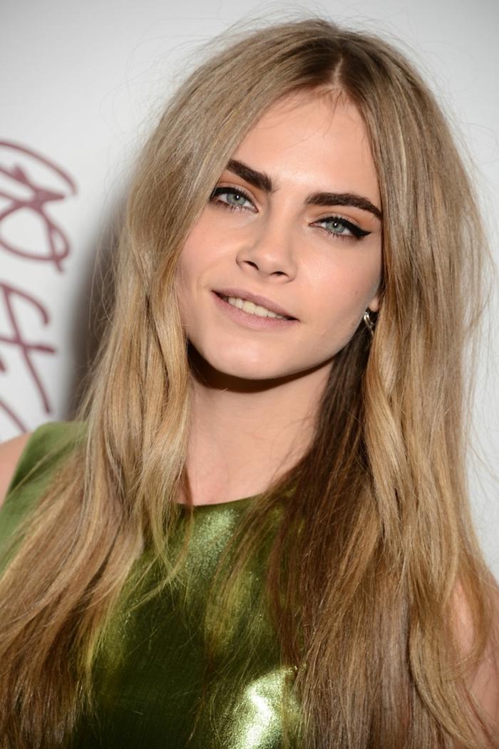 Cara Delevingne coiffure cheveux longs, maquillage femme célèbre yeux bleus, robe verte, carre plongeant long, modele coiffure femme, être une femme stylée