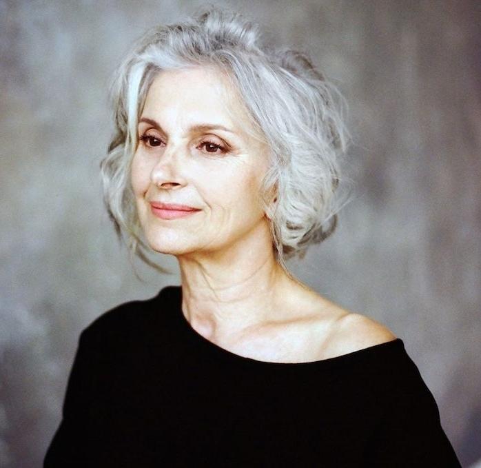coupe de cheveux mi long femme 50 ans 60 ans, idée comment coiffer cheveux gris et ondulés