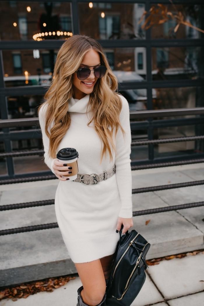 idée comment porter un pull blanc version robe à col roulé avec ceinture à motifs animaliers et bottes genoux