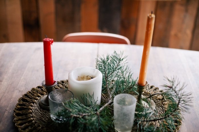 comment décorer une table avec arrangement DIY, idée déco de table à faire soi même avec branches de sapin et bougies