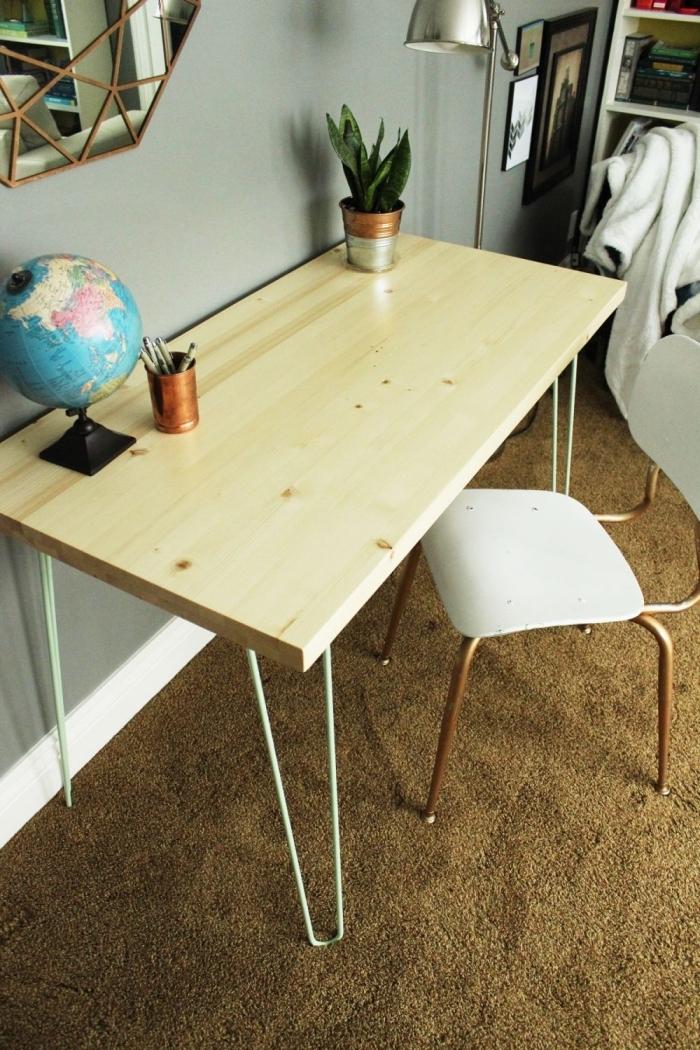 modèle de diy bureau en bois et métal dans une pièce aux murs gris clair moderne avec meubles en bois et blanc