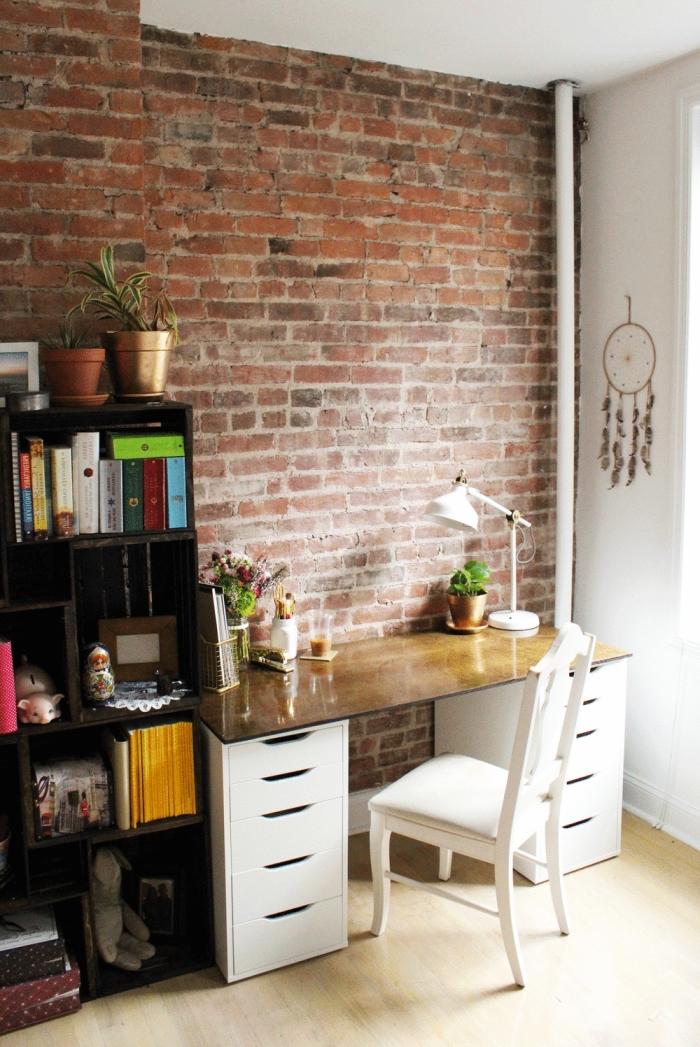 exemple comment aménager un bureau maison avec meuble diy à caissons tiroirs et bibliothèque à rangement ouvert