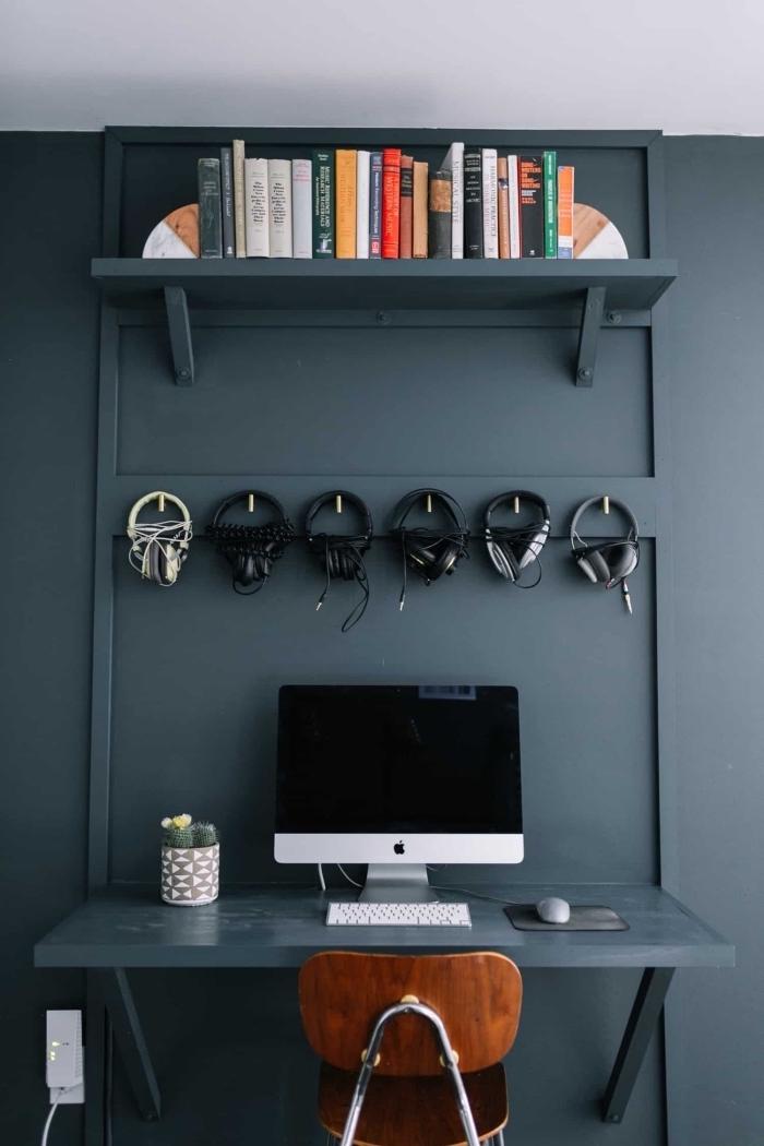 modèle de bureau avec étagère repeints en gris anthracite, idée aménagement coin de travail maison de style moderne