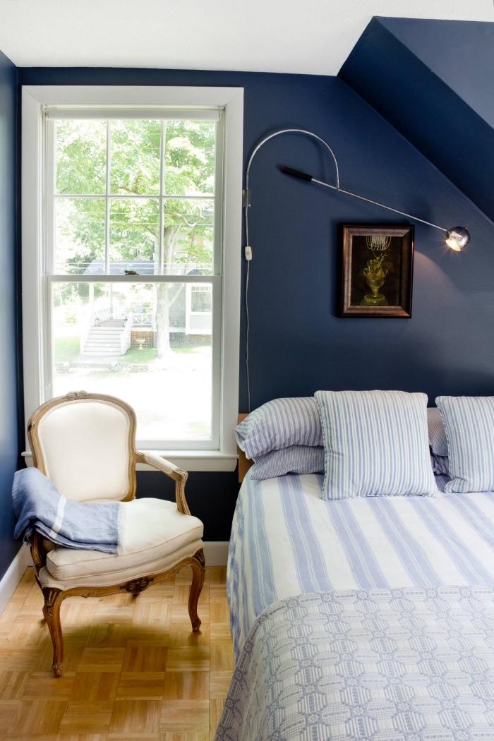 exemple d'aménagement de chambre cosy sous pente au plafond blanc et murs peints en bleu minuit, quelle couleur pour murs dans une petite chambre
