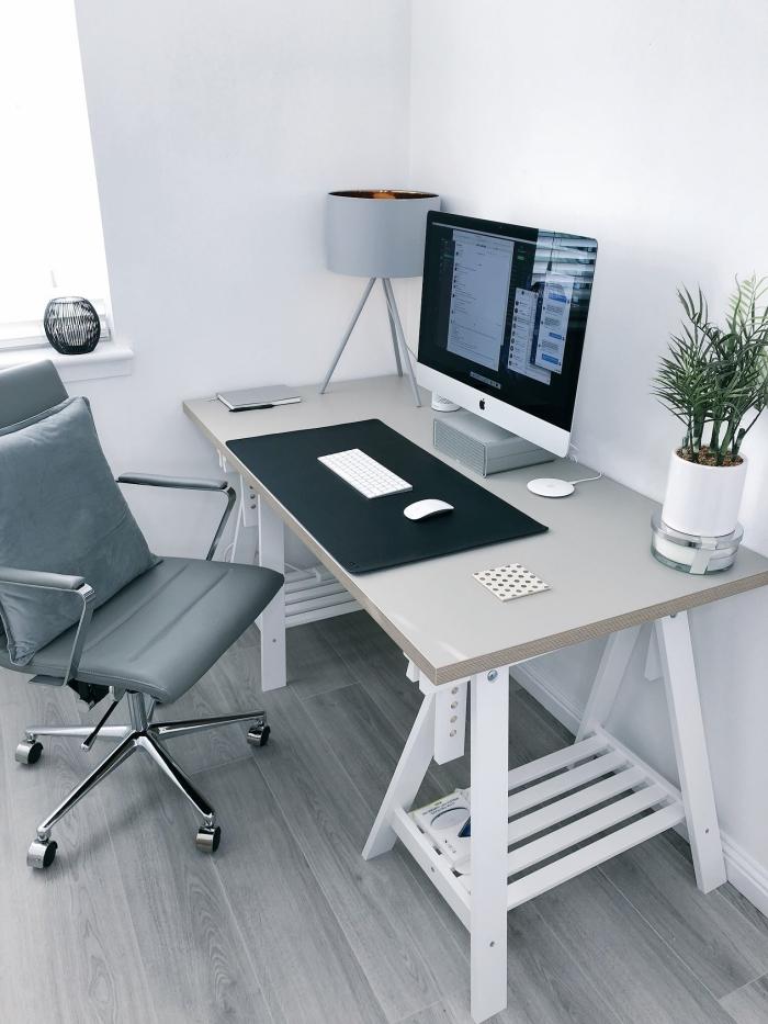 construction meuble fonctionnel avec plan de travail bureau gris clair et pieds bois blanc, coin de travail à domicile