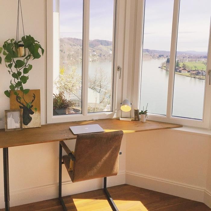 idée de coin de travail dans un espace limité sous fenêtre, exemple de bureau fait maison facile en bois et métal