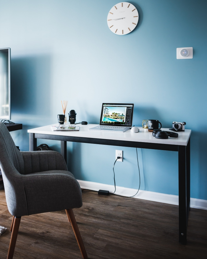 modèle de bureau maison en blanc et noir dans une pièce bleue au parquet bois foncé, idée meuble moderne à réaliser