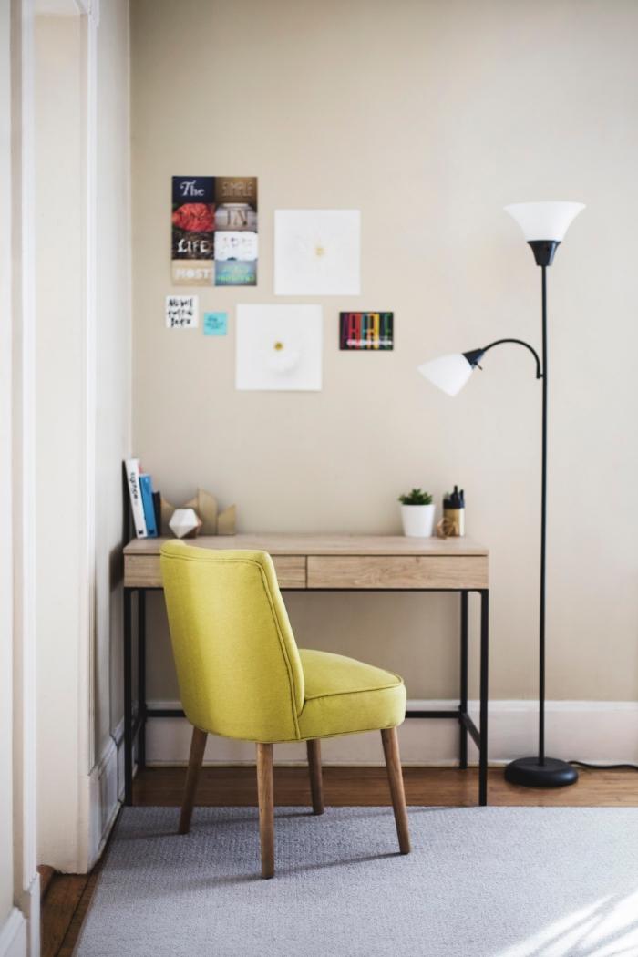 comment décorer un coin de travail avec meuble diy, modèle de bureau DIY en bois avec pieds en métal noir