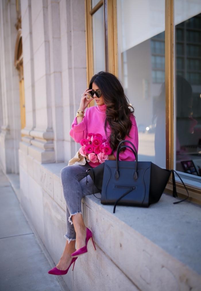 comment porter le rose en hiver, idée tenue féminine et chic en pull laine femme de couleur rose combiné avec jeans foncés