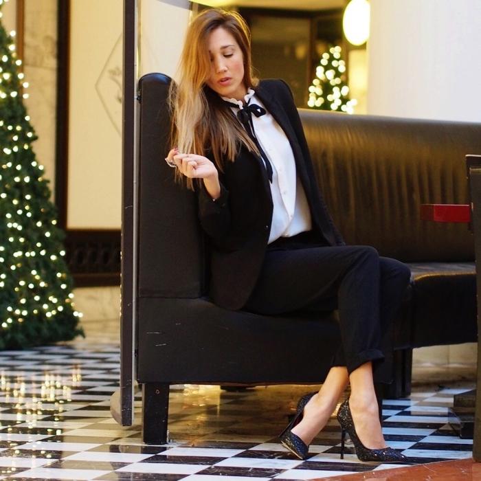 tenue femme habillée en blanc et noir, modèle de tailleur pantalon femme classe en noir avec chaussures à talons