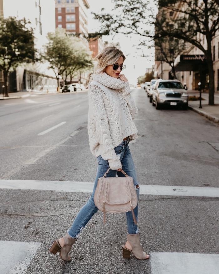 tenue confortable et chic pour l'hiver en pull-over col roulé blanc à design loose combiné avec jeans fit et chaussures à talons