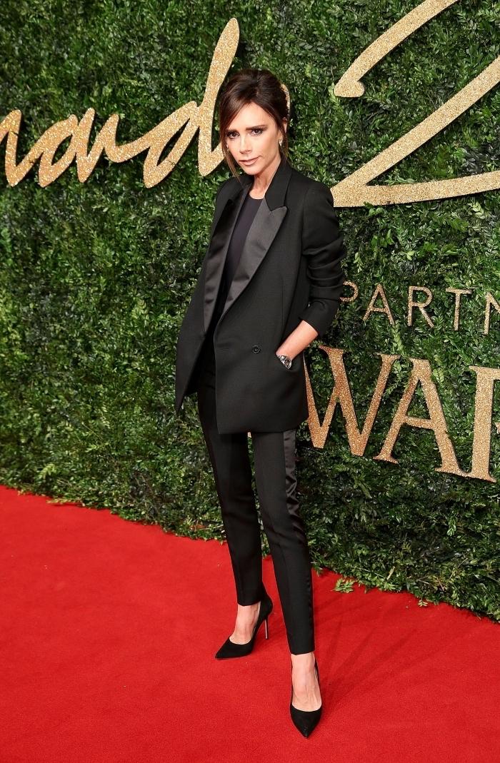 look formel de Victoria Beckham en smoking femme noir avec chaussures à talons noires, look total noir femme classe