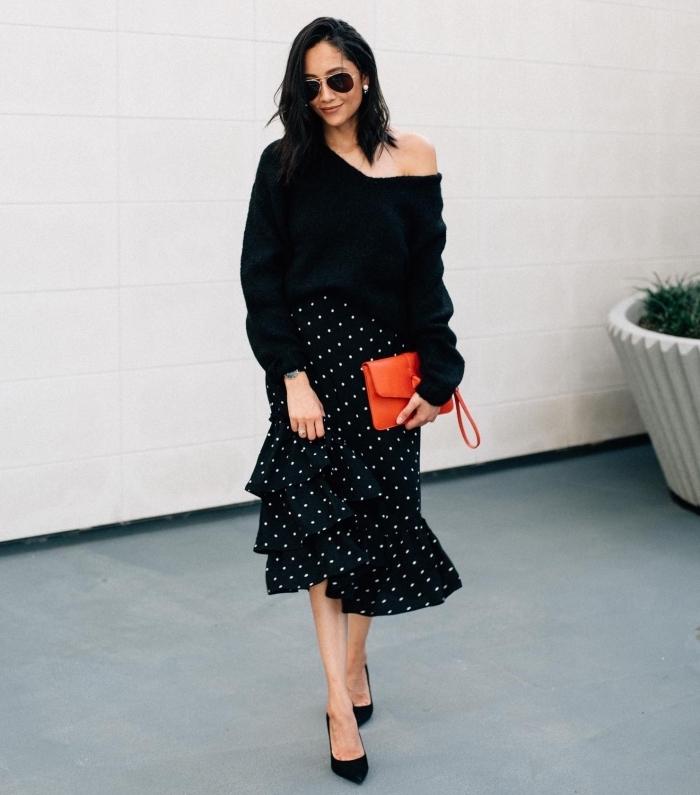 look total noir en pull femme chic et original à col asymétrique combiné avec jupe à volant mi-longue et chaussures hautes