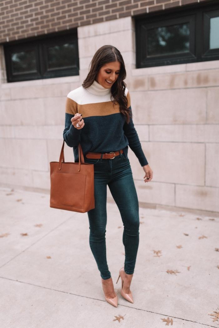 exemple comment assortir les couleurs de ses vêtements, tenue en pull hiver femme et jeans fit foncés avec ceinture et sac à main marron
