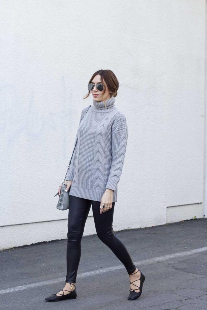 comment porter un pull torsadé femme de couleur gris clair avec un pantalon slim noir et paire de chaussures noires
