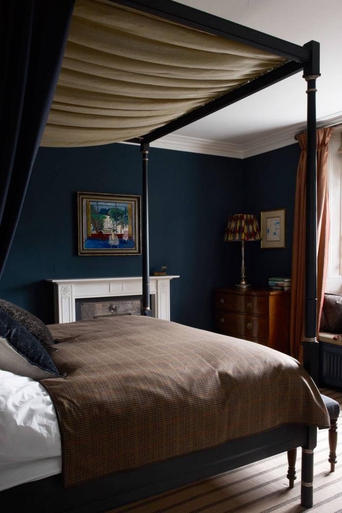 idée comment peindre une chambre en deux couleurs contrastantes, design chambre originale aux murs bleu nuit