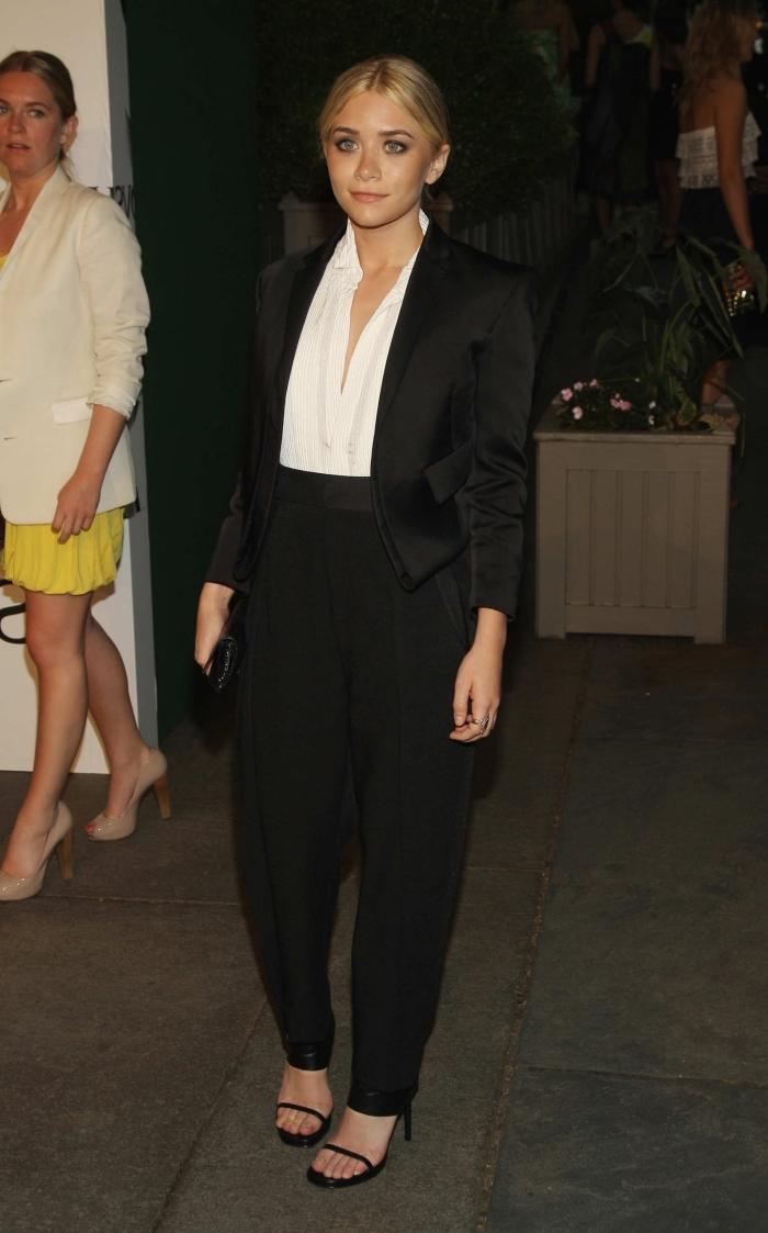 comment bien s'habiller femme élégante en costume blazer et pantalon noir avec chemise blanche et sandales noires