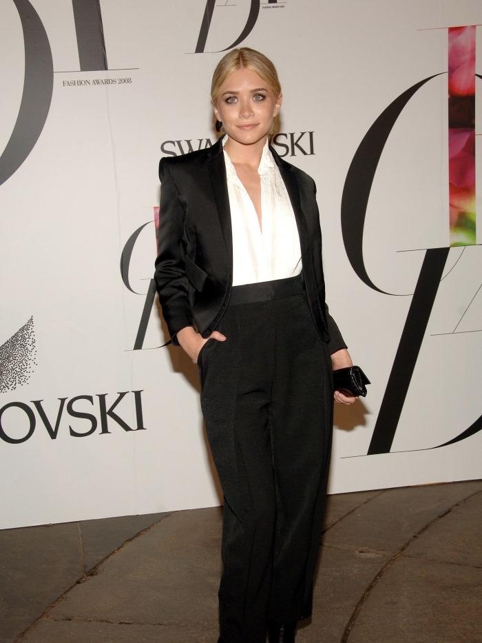 modèle de tailleur pantalon femme pour ceremonie officielle, tenue blanc et noir femme classe en costume 2 pièces