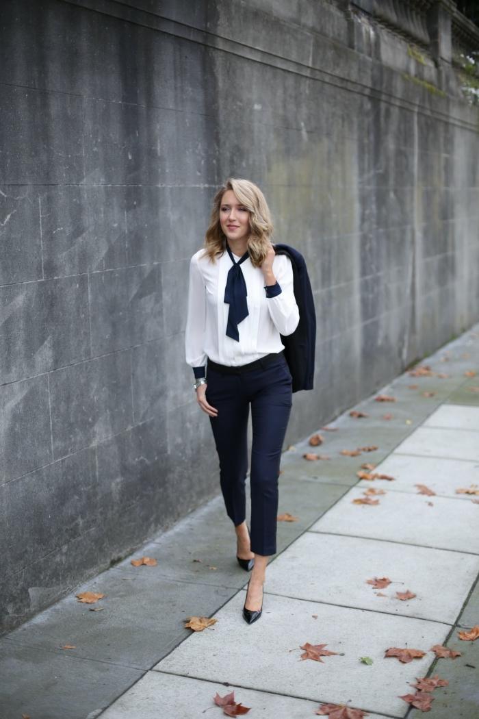 comment bien s'habiller pour une occasion formelle femme, tenue classe en tailleur pantalon femme bleu foncé