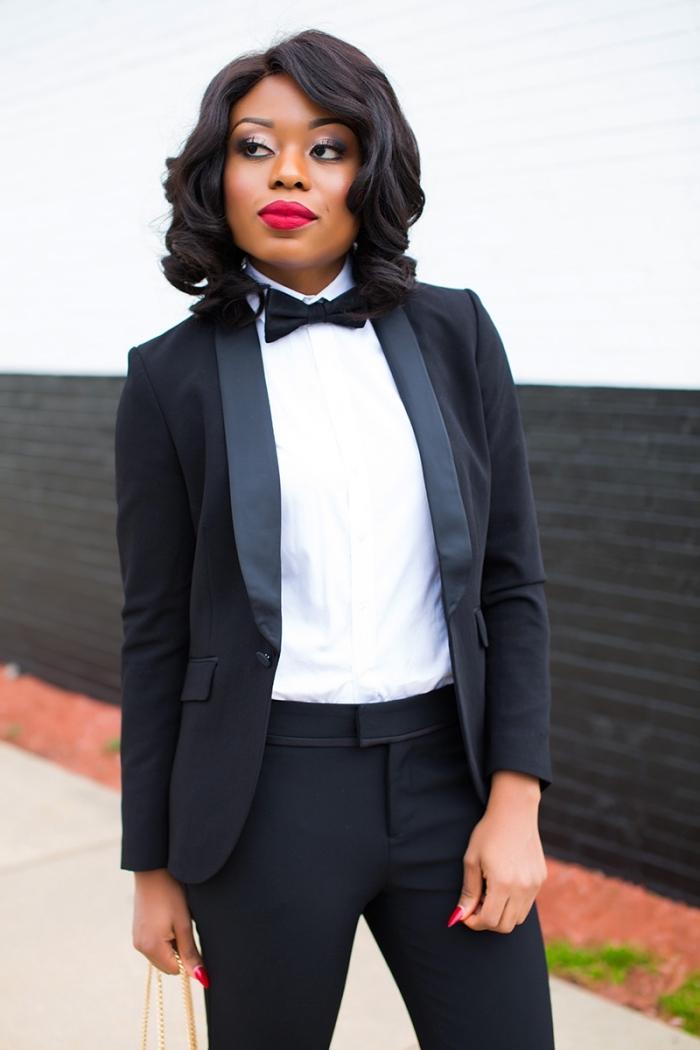 idée de tailleur pantalon femme chic pour mariage, tenue femme invitée au mariage formel avec smoking noir et chemise blanche