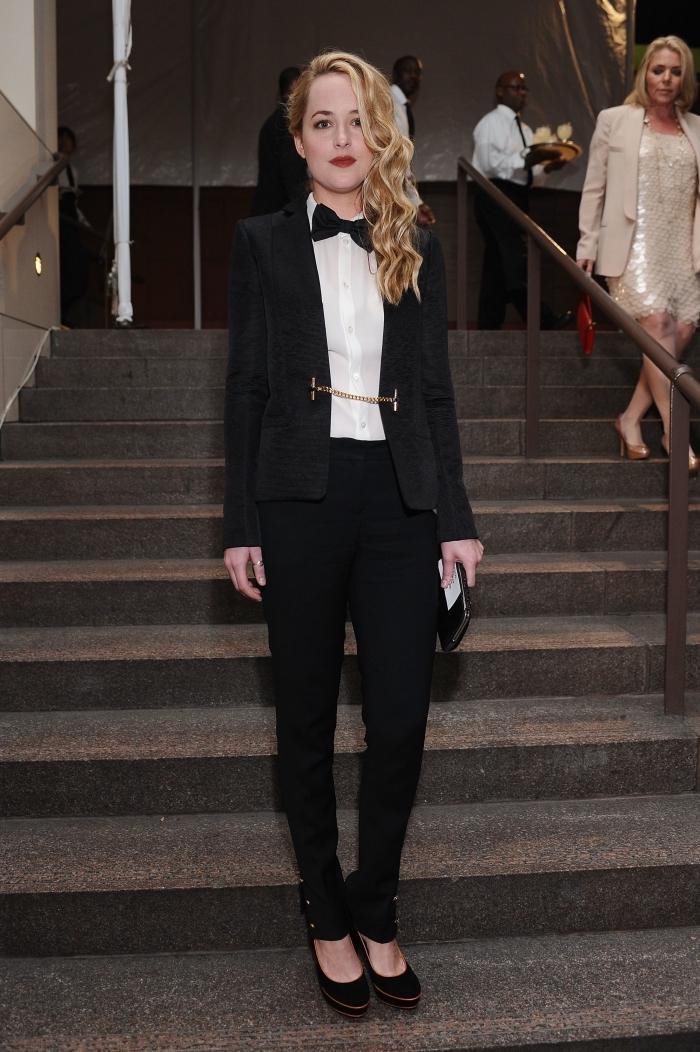 ensemble tailleur femme chic noir avec chemise blanche, comment bien s'habiller pour un évènement officiel