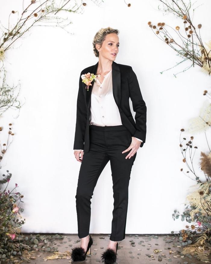 modèle de tailleur pantalon femme chic pour mariage formel, look femme invitée en costume noir avec chemise nude