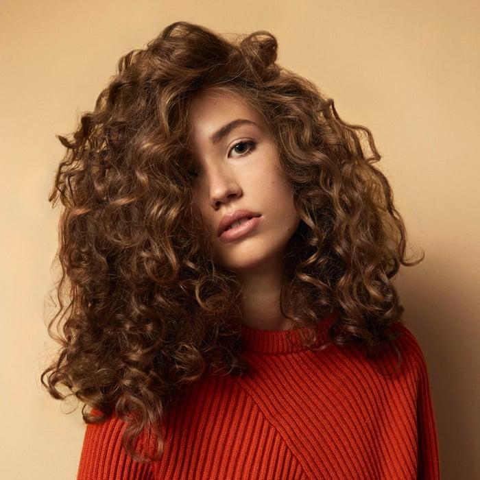 Quelle coupe longue femme 2020 pour moi, comment se couper les cheveux bouclés, fille pull rouge