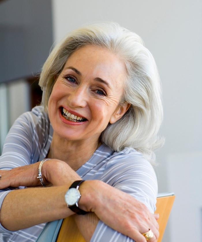 idée de coupe de cheveux femme 60 ans visage ovale, garder des cheveux longs et volumineux