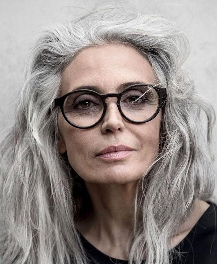 idée de coiffure longue ondulée sur cheveux gris, idée de coupe de cheveux femme 60 ans visage ovale avec lunettes
