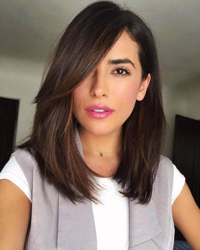Frange a cote idee coupe de cheveux long femme, belle femme visage et cheveux