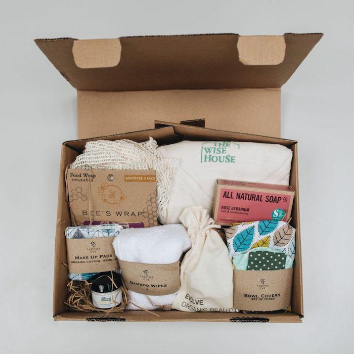 Boute en carton pleine de choses pour faire les cours sans sacs en plastique, idée de cadeau d anniversaire a fabriquer, carte cadeau